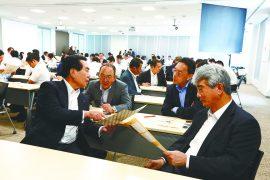 田中社長(左)と役員の皆さんの熱いグループワーク