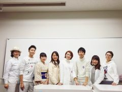 「MEIJI ALLY WEEK」のスタッフと松岡さん(右から3人目)。